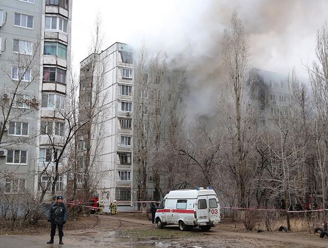 Пожар в разрушенном в результате взрыва бытового газа многоэтажном доме по улице Космонавтов в Волгограде