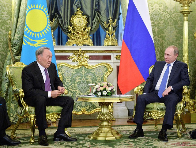 Президент России Владимир Путин и президент Казахстана Нурсултан Назарбаев во время встречи