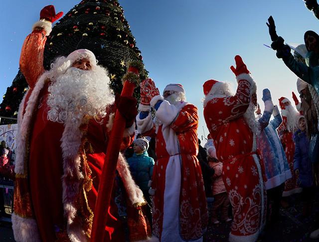 Участники парада Дедов Морозов