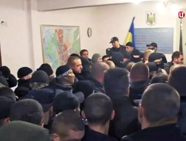 Драка в зале суда на Украине