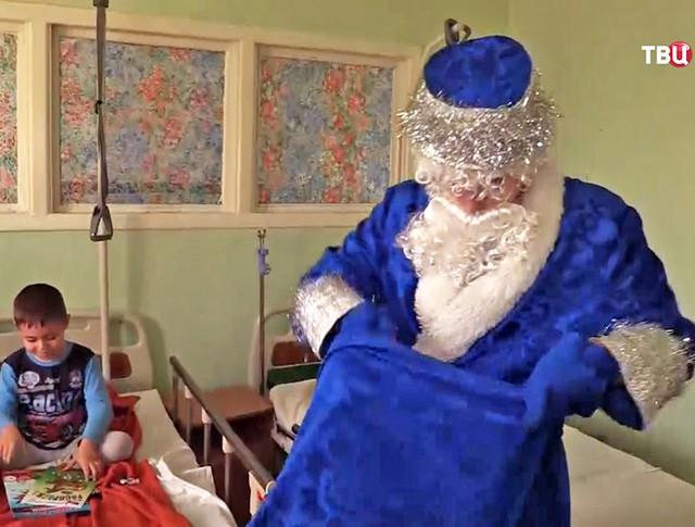 Дед Мороз дарит детям Крыма подарки