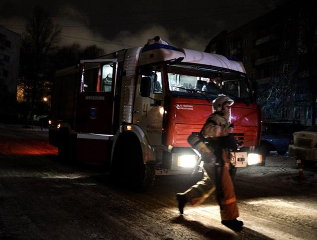 Сотрудники МЧС противопожарной службы на месте происшествия