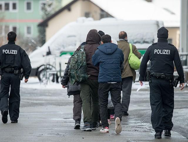 Мигранты в сопровождении полиции