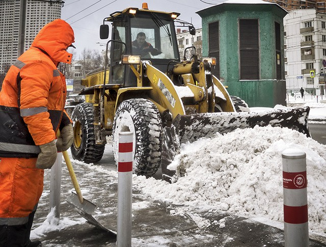 Работники ЖКХ убирают снег