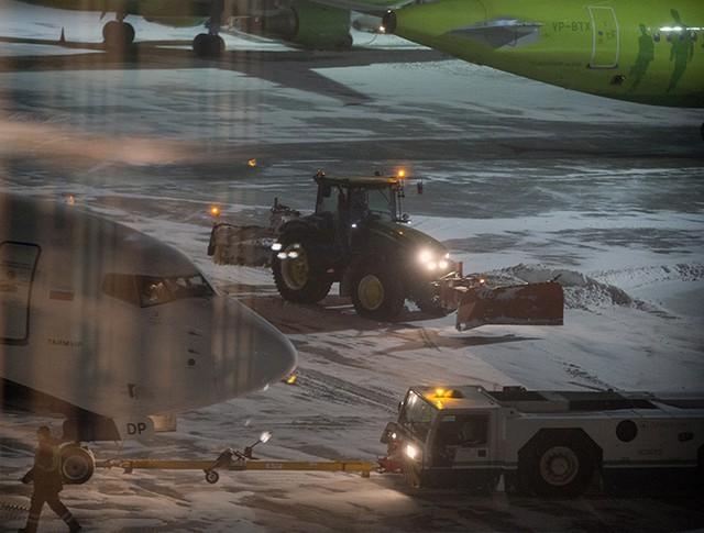 Снегоуборочная техника на ВПП аэропорта Домодедово в Москве