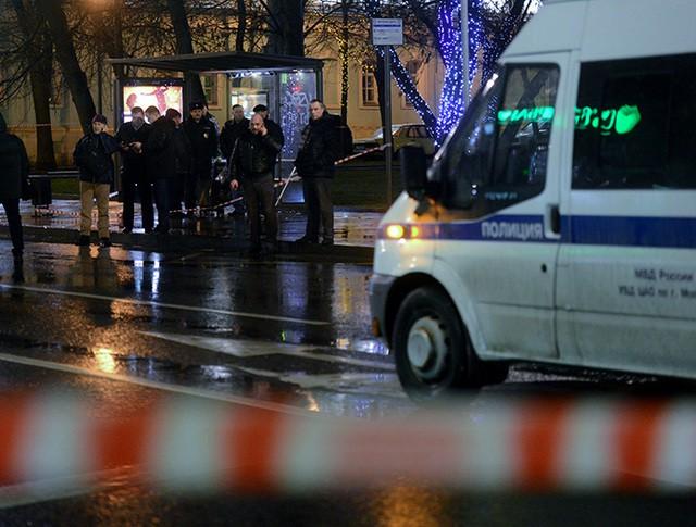 Сотрудники правоохранительных органов проводят следственные действия на остановке общественного транспорта на улице Покровка в Москве