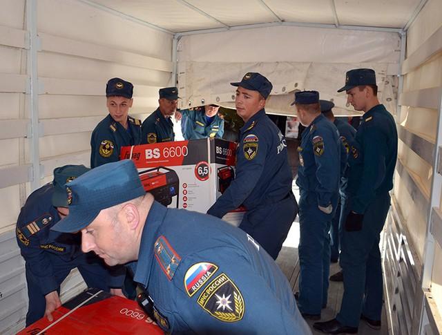 Сотрудники МЧС России разгружают электрогенераторы