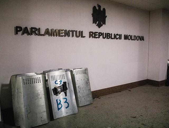 Щиты сотрудников правоохранительных органов у здания парламента в Кишиневе