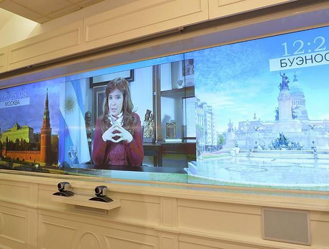 Президент Аргентины Кристина Фернандес де Киршнер (на экране) во время видеоконференции