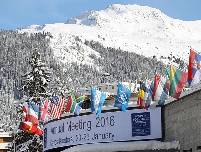 Флаги стран участниц Всемирного экономического форума в Давосе