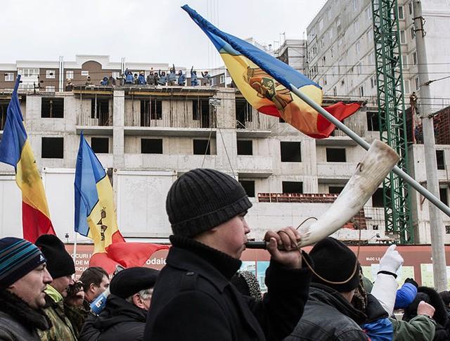 Сторонники оппозиции во время акции протеста в Кишиневе