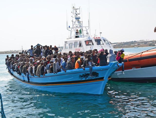 Лодка с нелегальными мигрантами