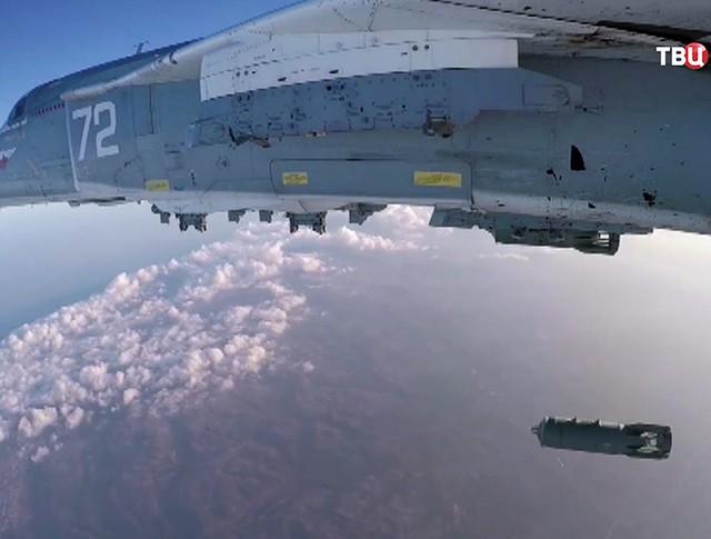 Истребитель Су-24 авиационной группировки ВКС России наносит авиаудар