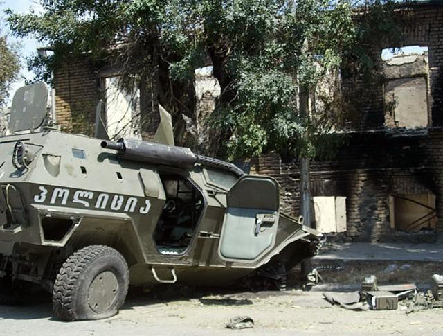 Подорванная боевая техника грузинских войск в городе Цхинвали