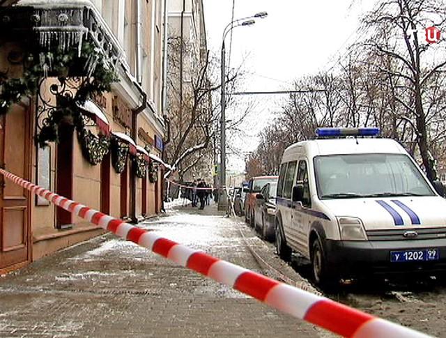 Полицейское оцепление на месте падение наледи с крыши