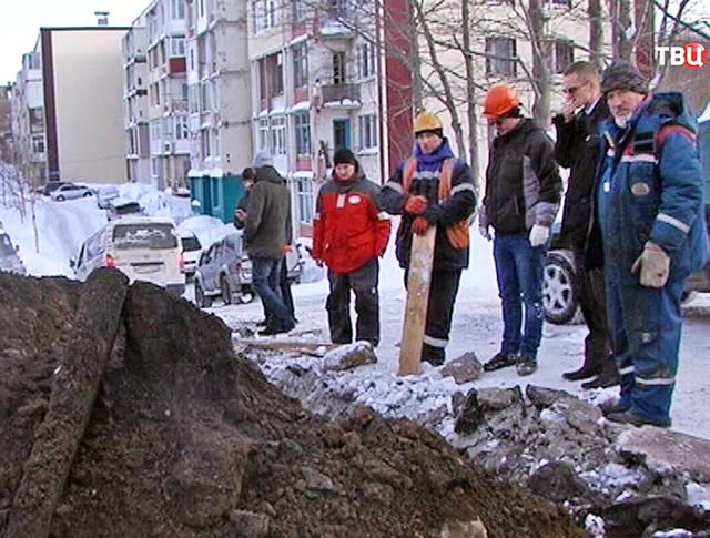 Коммунальщики устраняют аварию на тепотрассе