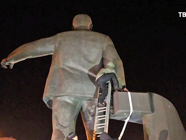Снос памятника революционеру Петровскому в Днепропетровске
