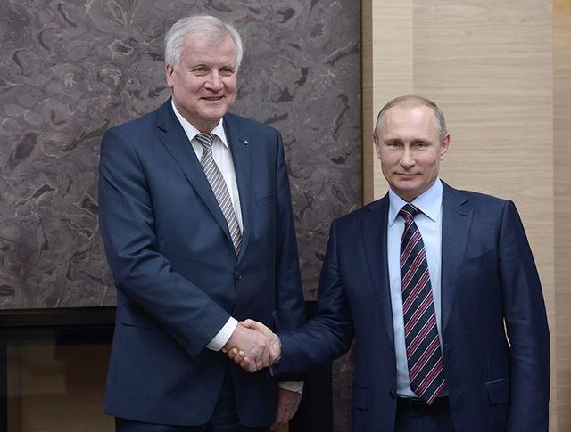 Президент России Владимир Путин во время встречи с премьер-министром Баварии Хорстом Зеехофером