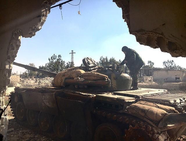 Танк Т-72 сирийской армии на огневой позиции