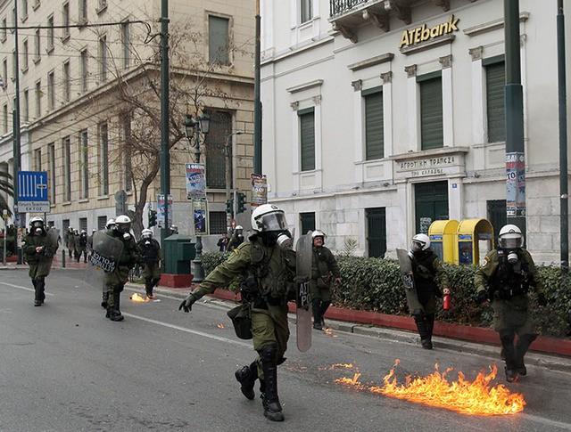 Полиция во время беспорядков в Афинах