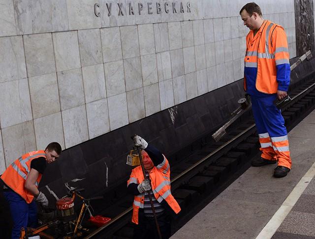 """Рабочие на ремонтных работах на станции """"Сухаревская"""""""