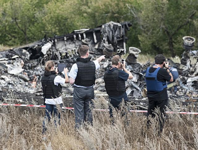 Наблюдатели ОБСЕ на месте крушения малайзийского Boeing 777 на Украине