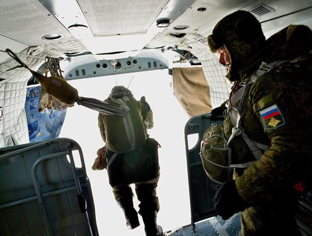 Десантники во время выполнения парашютных прыжков на комплексных тактических учениях