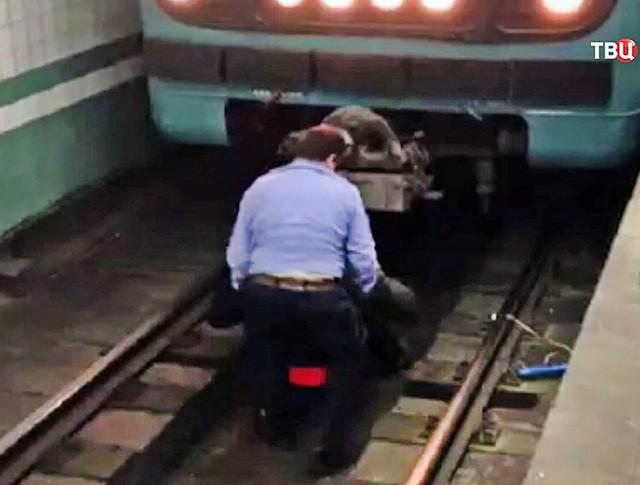Человек упал на рельсы в метро