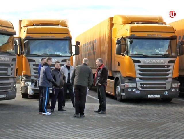 Дальнобойщики на стоянке грузовиков