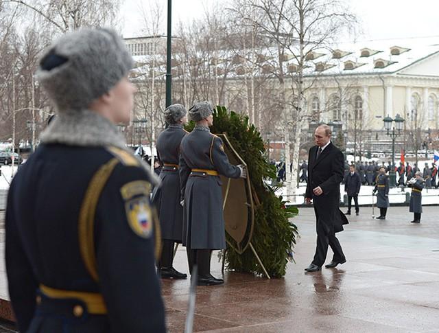 Президент России Владимир Путин на церемонии возложения венка к Могиле Неизвестного солдата