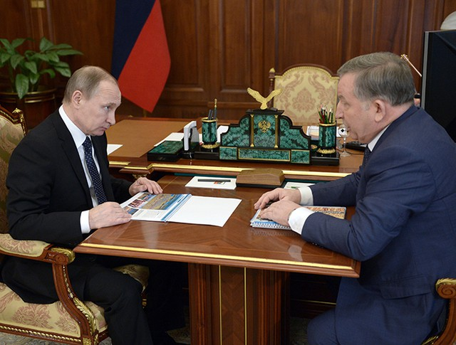 Президент России Владимир Путин и губернатор Алтайского края Александр Карлин во время встречи