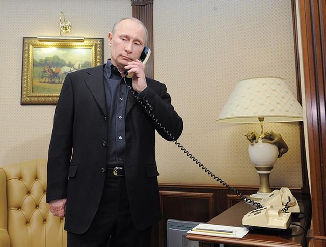 Президент России Владимир Путин разговаривает по телефону