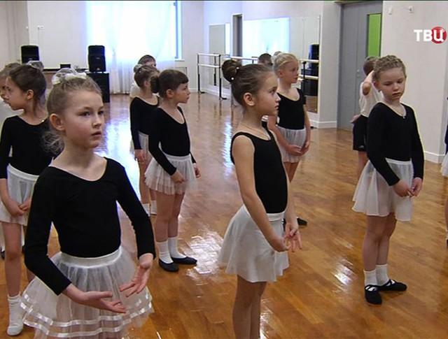 Девочки занимаются балетом