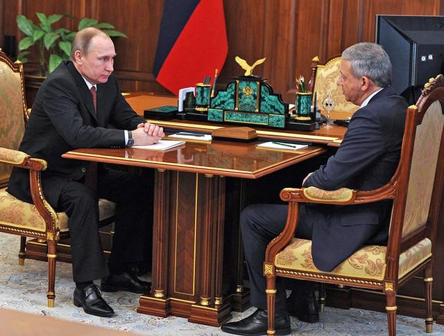 Президент России Владимир Путин и председатель правительства Республики Северная Осетия – Алания Вячеслав Битаров