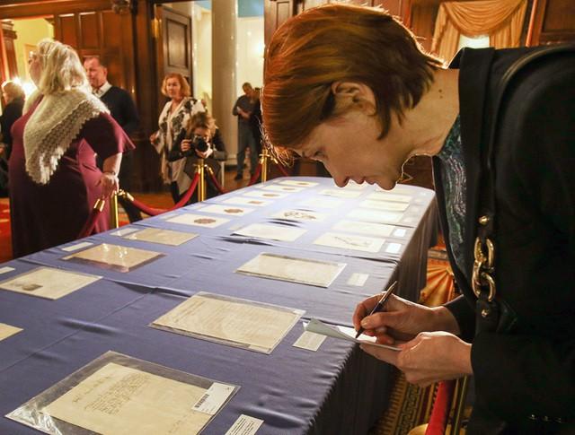 Церемония передачи ценных исторических документов похищенных из российских архивов