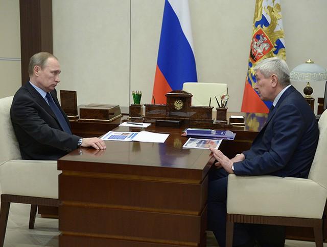Президент России Владимир Путин и руководитель Федеральной службы по финансовому мониторингу Юрий Чиханчин во время встречи