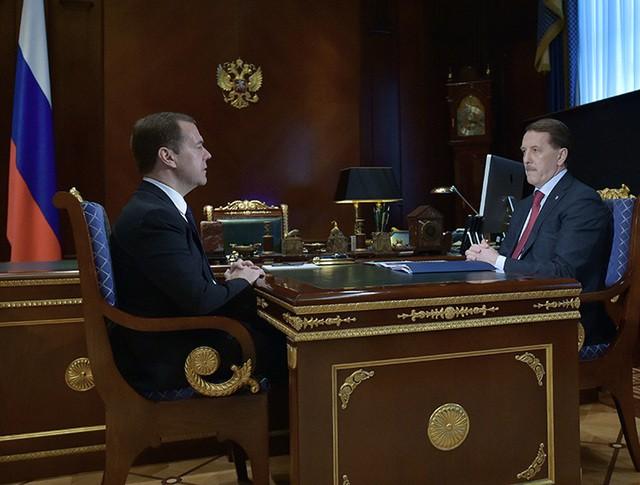Председатель правительства РФ Дмитрий Медведев и губернатор Воронежской области Алексей Гордеев во время встречи