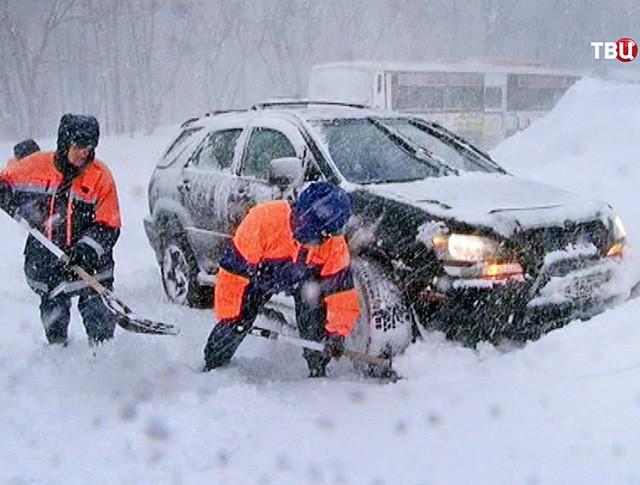 Работа спасателей МЧС во время снегопада