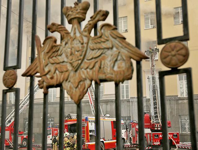 Пожарные на месте возгорания в здании Министерства обороны в Москве