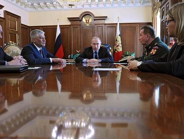 Президент России Владимир Путин проводит совещание в Кремле