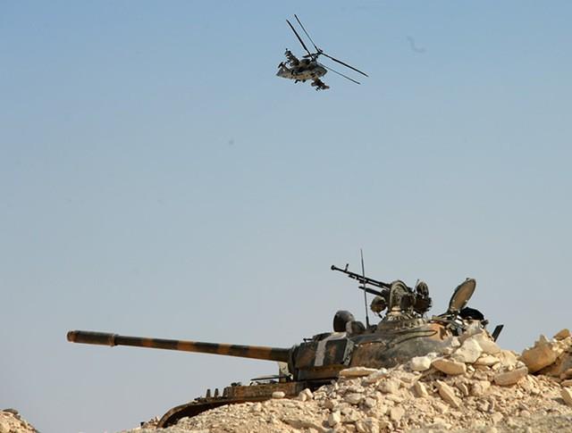 """Вертолет Ка-52 """"Аллигатор"""" и танк Т-55 во время боевой операции в Сирии"""