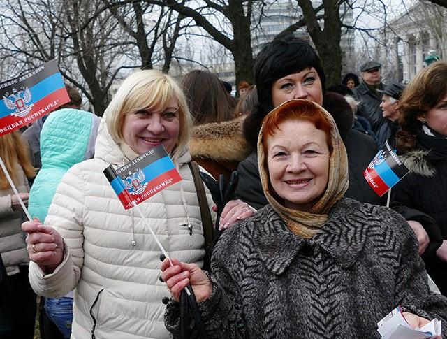 Жители Донецка на митинге-концерте в честь второй годовщины провозглашения ДНР