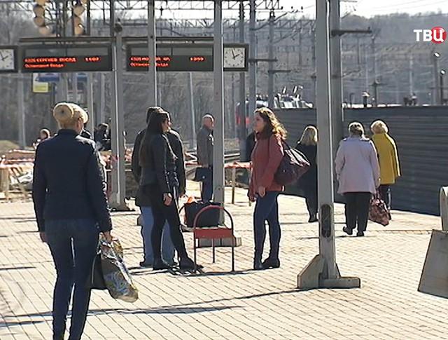 Пассажиры на железнодорожной платформе