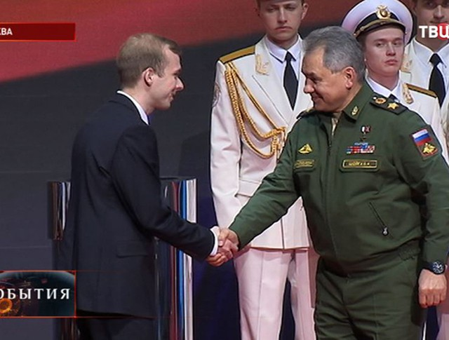 Сергей Шойгу награждает журналистов