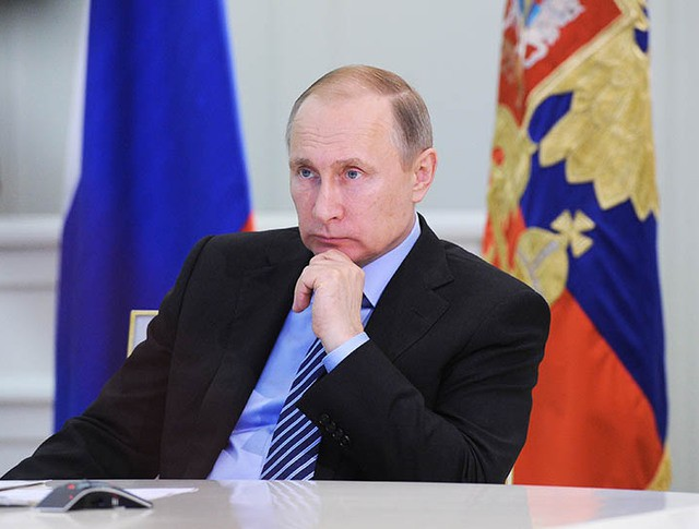 Президент России Владимир Путин во время телемоста с представителями регионов