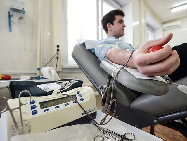 Донор во время процедуры сдачи крови