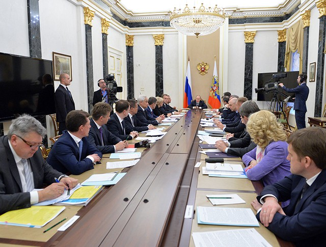 Президент России Владимир Путин проводит очередное совещание с членами правительства