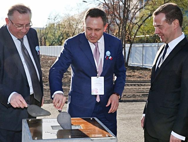 """Дмитрий Медведев принял участие в церемонии закладки первого камня в основание завода по производству высоковольтных электродвигателей АО """"Русские электрические двигатели"""""""