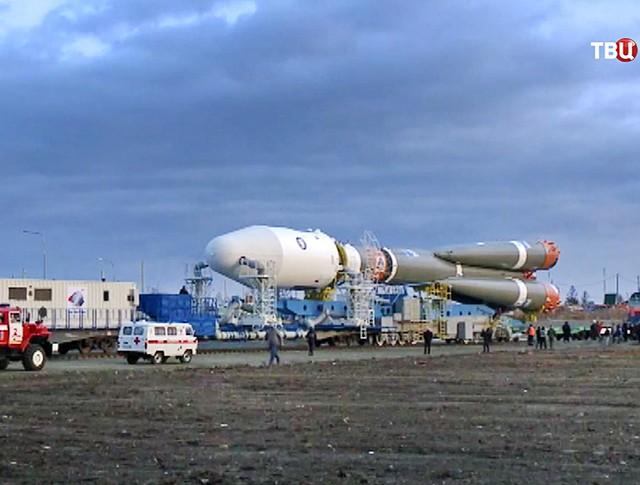 """Подготовка ракето-носителя """"Союз"""" к запуску"""