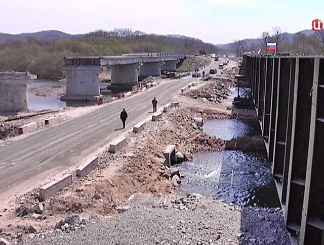 Военные возвели временный мост на месте рухнувшего в Приморье